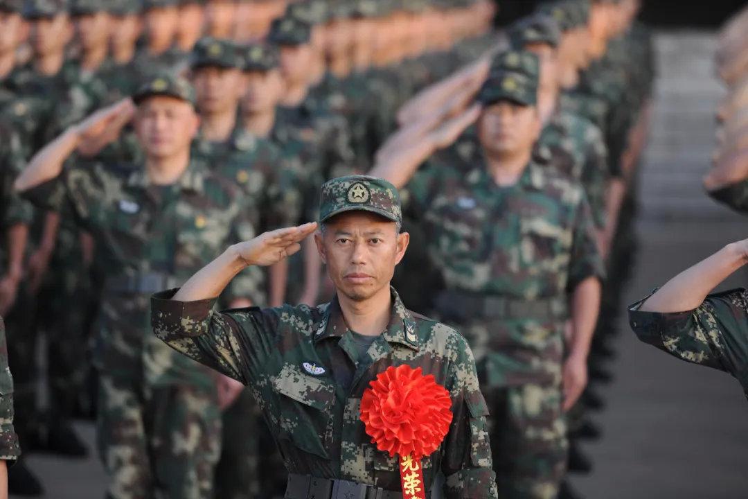 """一级军士长、""""导弹兵王""""王忠心光荣退休:入伍已有34年"""