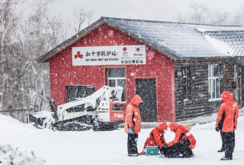 吉林长白山景区红十字救护站,志愿者们进行救护演练