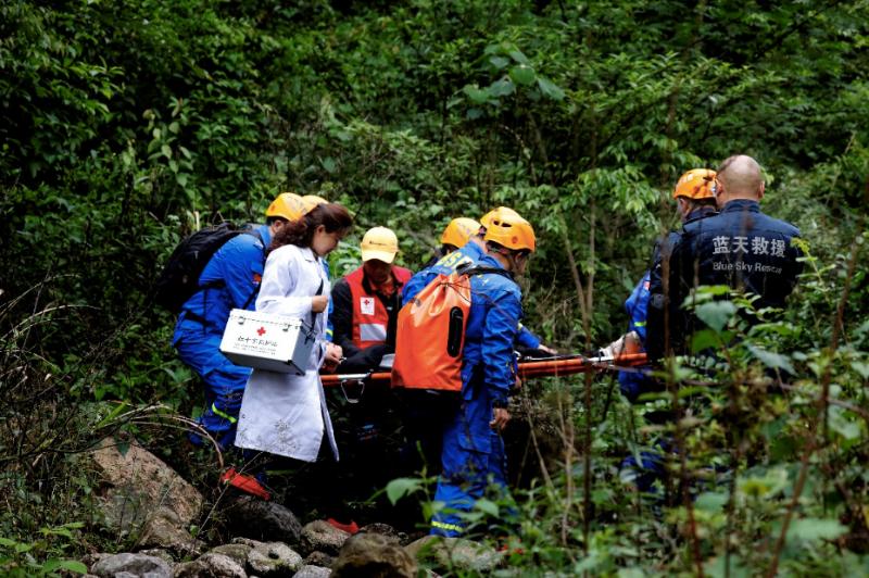 红十字应急救护志愿服务队在湖南张家界景区救护演练