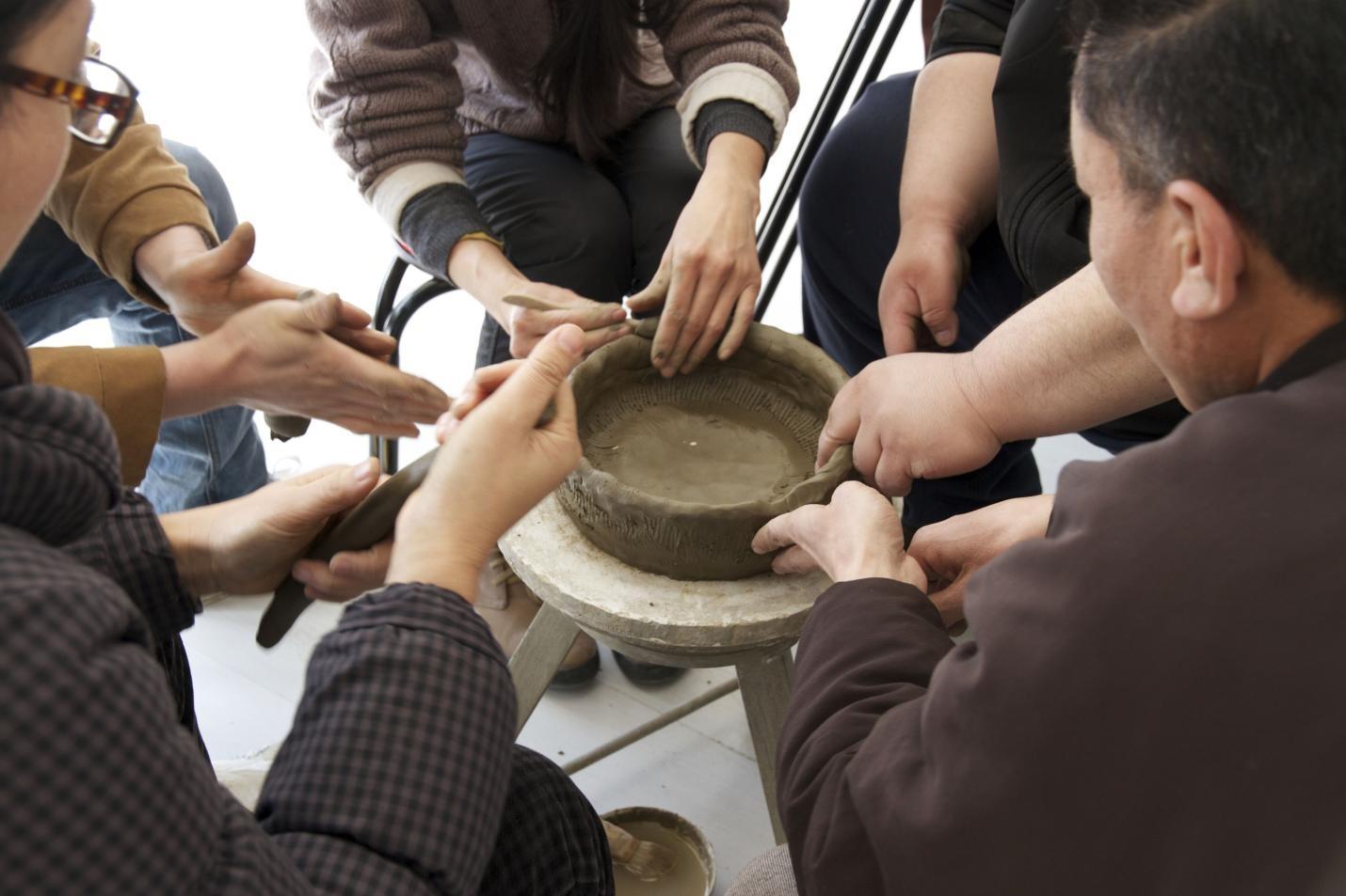《一件由五位陶作者共同完成的陶器(静默尝试)》视频截图。 图片由田中功起提供