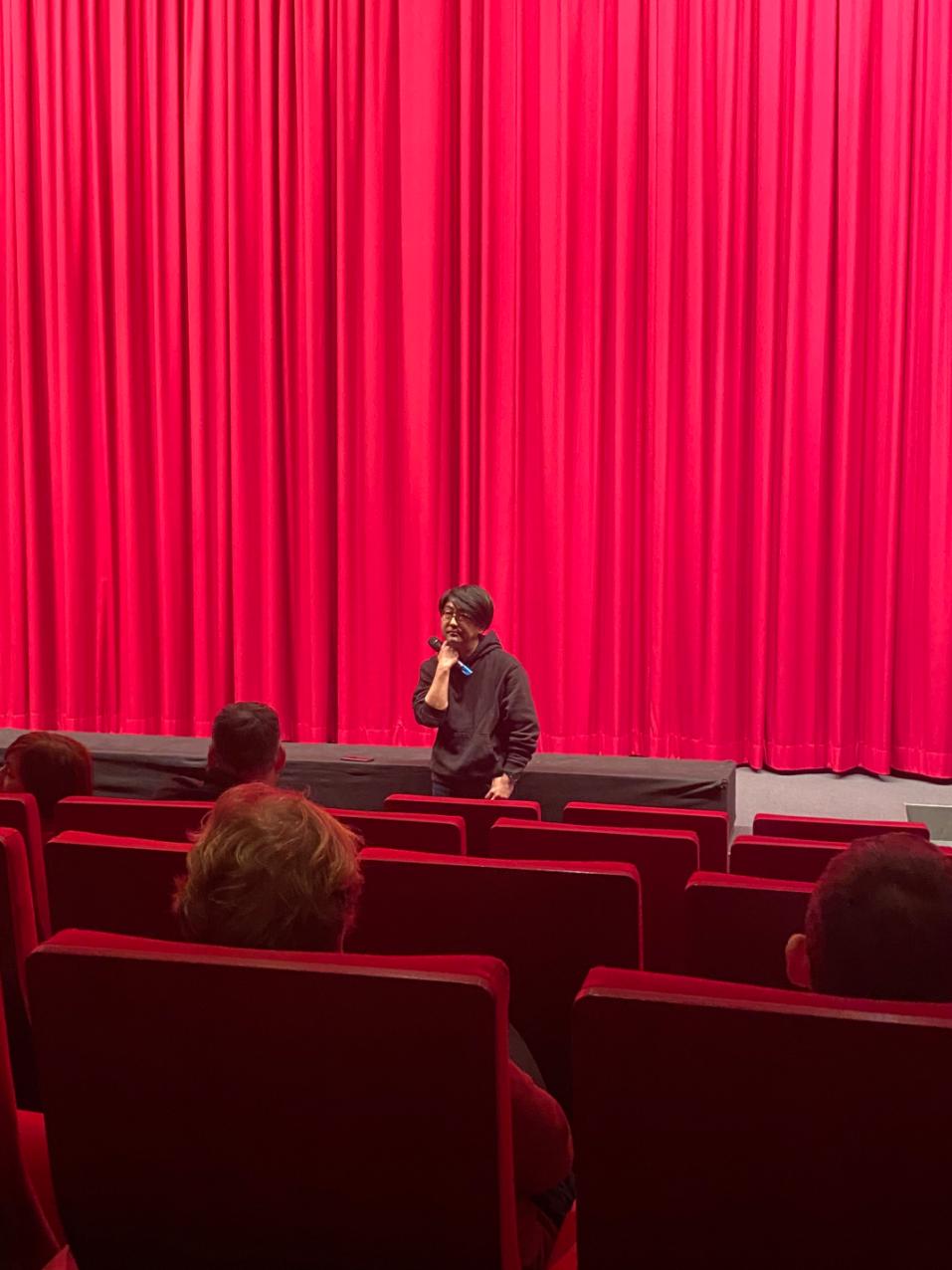 田中功起在柏林电影节现场参与映后问答。照片由作者提供