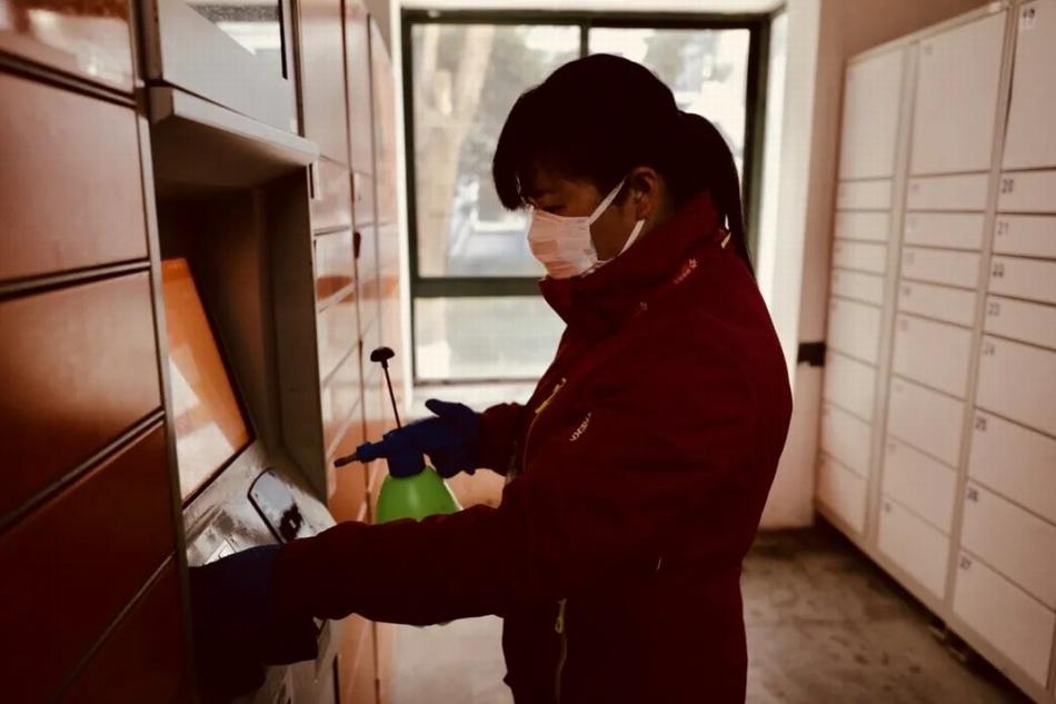 物业工作人员正在给自建快递柜消毒。 银城物业 图?