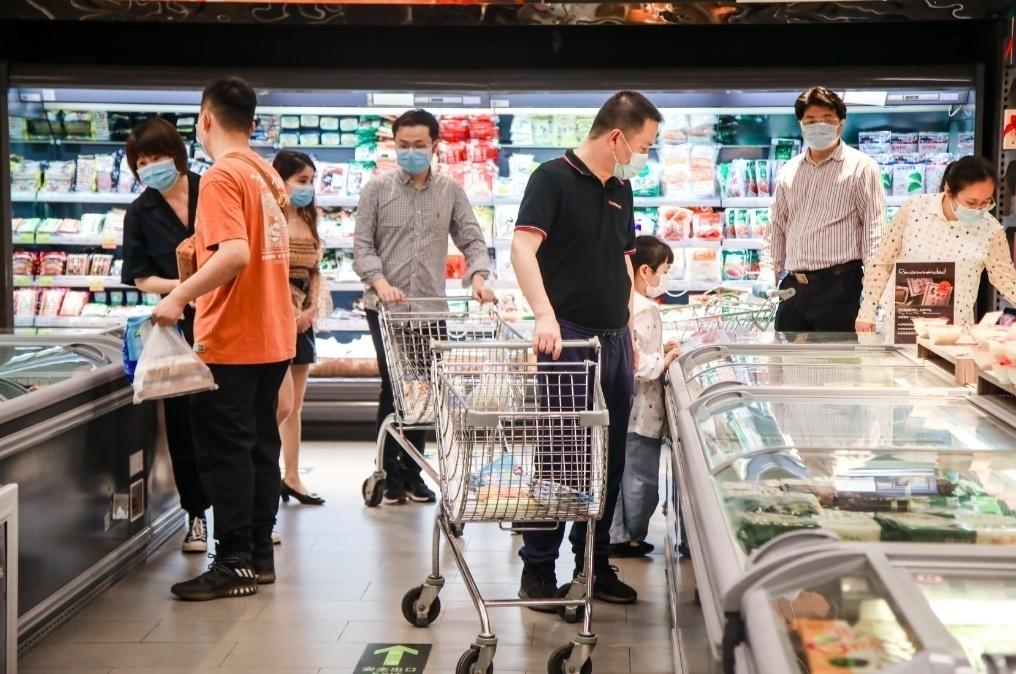 武汉市武昌区汉街万达广场的一家超市内,消费者在选购商品