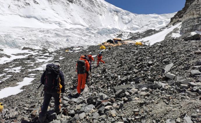 珠峰高程測量登山隊向7028米營地進發
