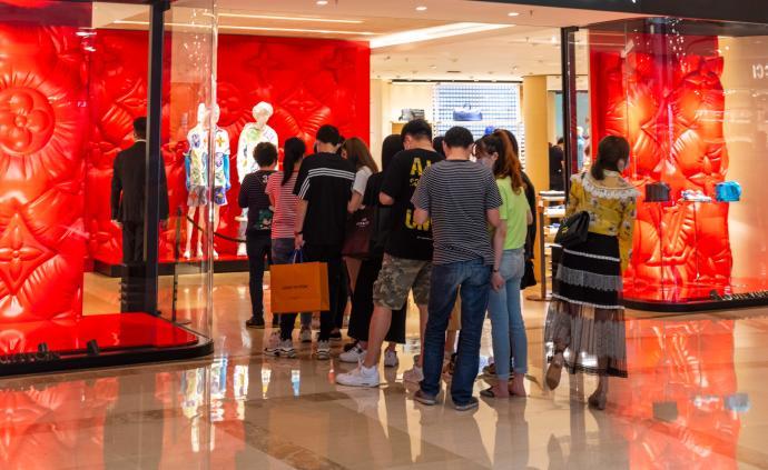 消费的B面|全球经济波动下奢侈品上调价格的逻辑