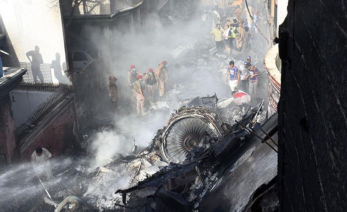 早安·世界|巴基斯坦墜機事故已發現2名幸存者76名遇難者