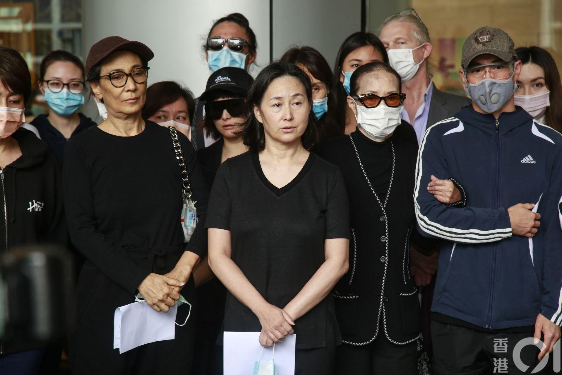 5月26日,何鸿燊逝世,他的子女齐现身见记者,由二房长女何超琼(左三)以中文交代,长房的何超贤(左二)亦英文发言。