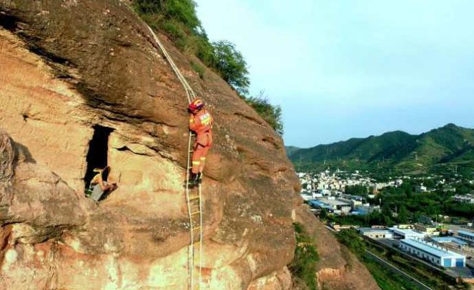 陕西商洛20岁男子闲来无事爬入崖墓被困,消防员成功解救