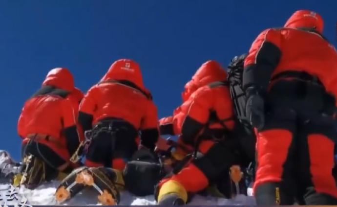 央视独家画面:珠峰高程测量登山队在峰顶测量