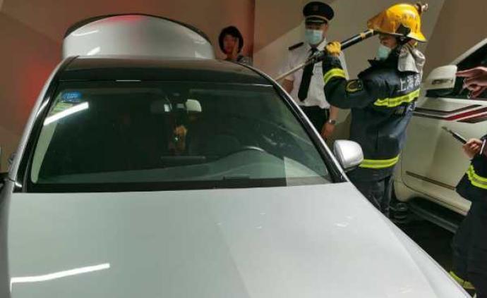 因误碰电子锁两名儿童被锁车内,上海民警消防联合破窗救援