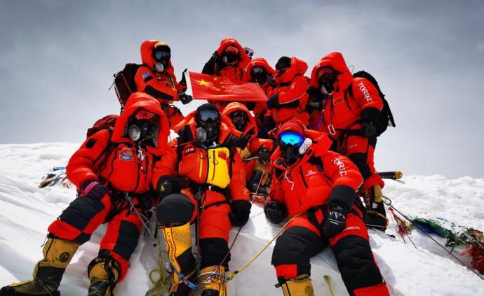 5月27日,2020珠峰高程测量登山队在峰顶合影留念。当日,2020珠峰高程测量登山队成功登顶世界第一高峰珠穆朗玛峰。他们在峰顶竖立觇标,安装GNSS天线,开展各项峰顶测量工作。45年前的今天,中国人首次将觇标带至珠峰峰顶。本文图片均为新华社 图