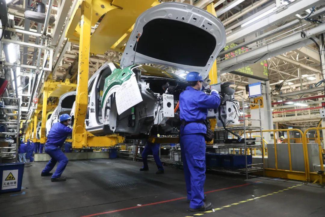 工人在上汽临港工厂总装车间生产线上作业 丁汀 摄