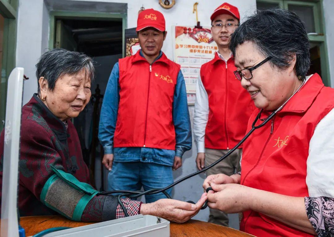 社区公益服务中心的志愿者开展义诊服务,为居民送温暖 徐昱 摄
