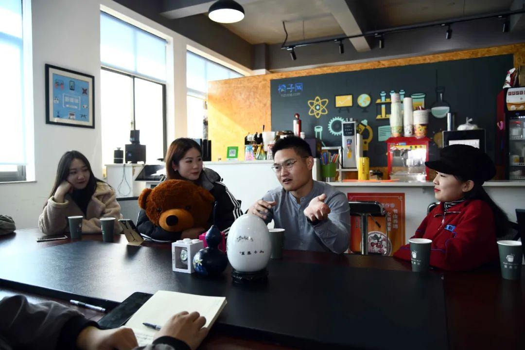 在一所大学生双创孵化基地,同学们在分享创业经验 郭绪雷 摄
