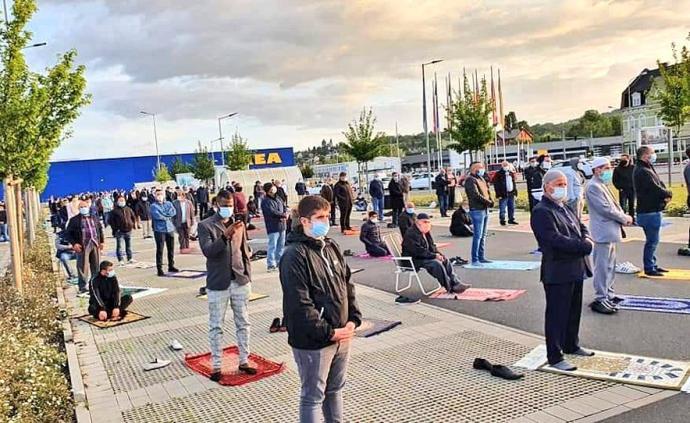 德国数百穆斯林齐聚宜家停车场祷告