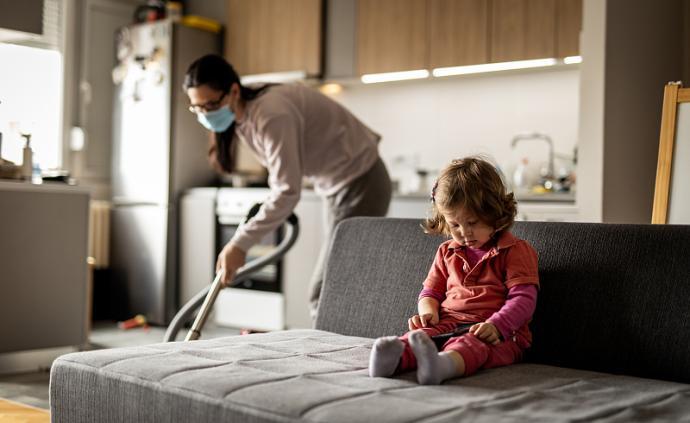 调查报告|雷竞技app下载官网中的基层女性:照料、家庭与生计