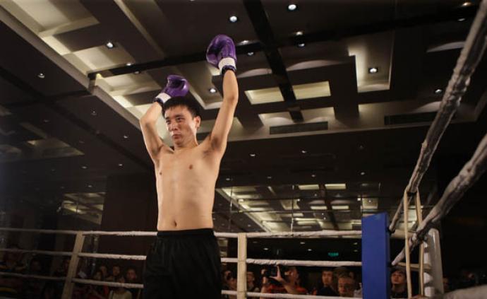 哭泣的拳头!脑瘫拳手为救父重返拳台,他愿帮汪强组织比赛