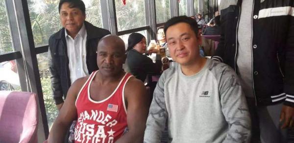 姜雯耀教練(右)。