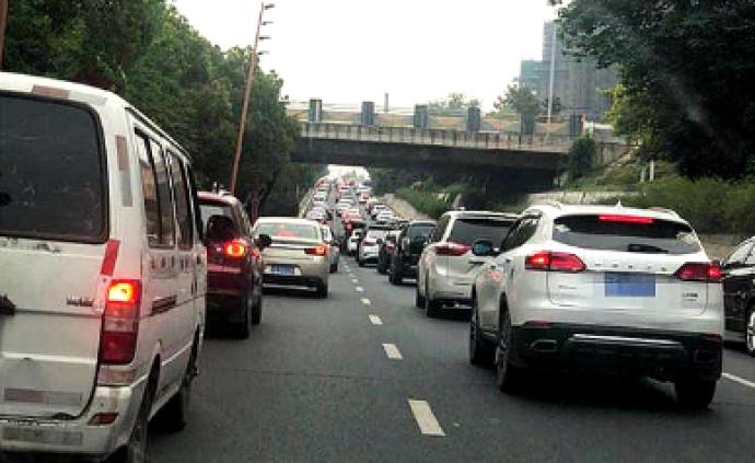 南京揚子江大道施工工地塌陷,相關路段擁堵緩行