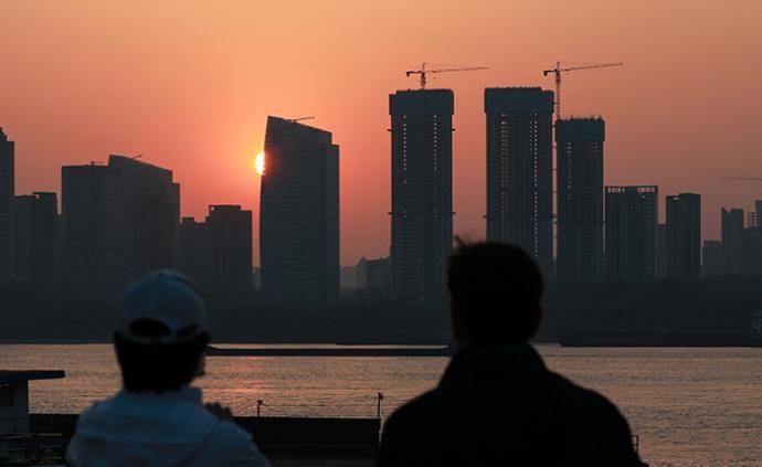央行报告:仍需警惕个别城市房地产市场过热对居民消费的影响