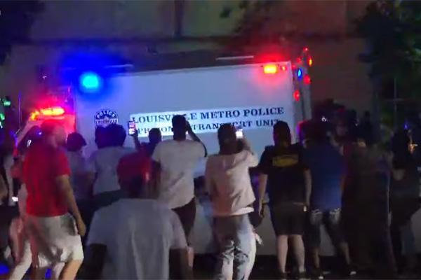 纵火、枪击、催泪弹:美国多地抗议骚乱愈演愈烈