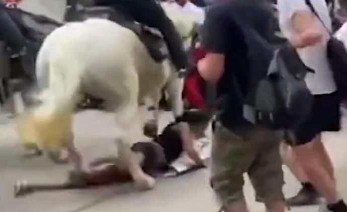 美國警察騎馬踩踏示威者,圍觀群眾激烈不滿