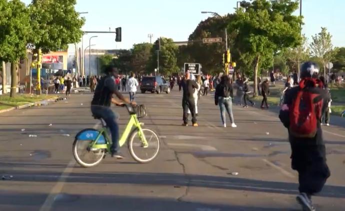 视频丨美国骚乱继续,警察向人群投掷防暴弹的现场
