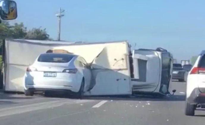 輔助駕駛模式下,一輛特斯拉在臺灣高速上撞進側翻白色貨車
