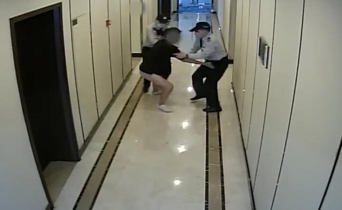杭州一籃球私教女廁偷拍被抓后不承認,被遺落藍牙耳機證實