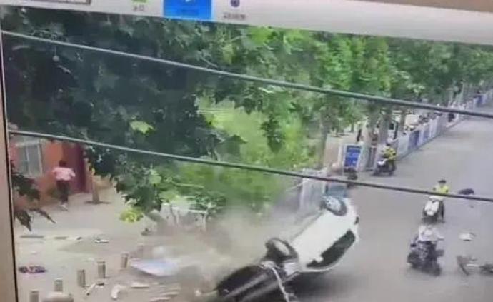 徐州一小學門口發生交通事故,5人受傷送醫