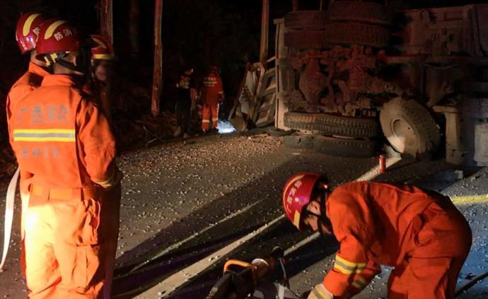 廣西一大貨車爆胎側翻駕駛室嚴重變形,消防員將被困司機救出