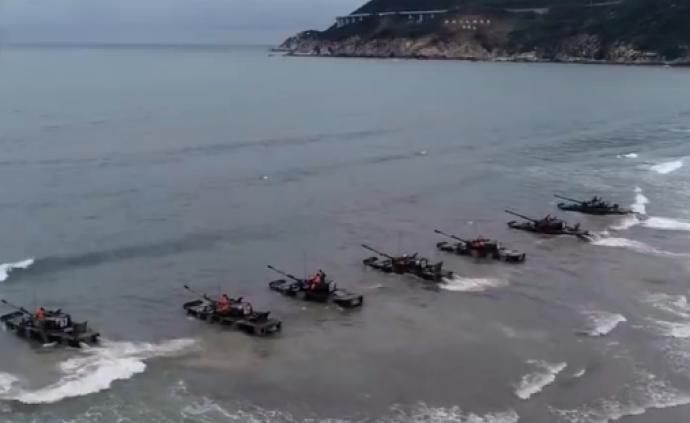 实弹考核!东海某海域解放军两栖重型坦克火力全开,成功登陆