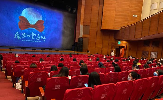 """疫情后首部音樂劇上海首演,300位觀眾冒雨赴""""魔女""""之約"""