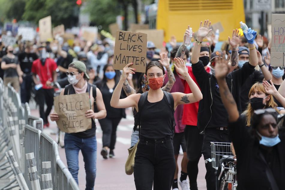 6月2日,民众在美国纽约街头抗议警察暴力执法。 新华社 图
