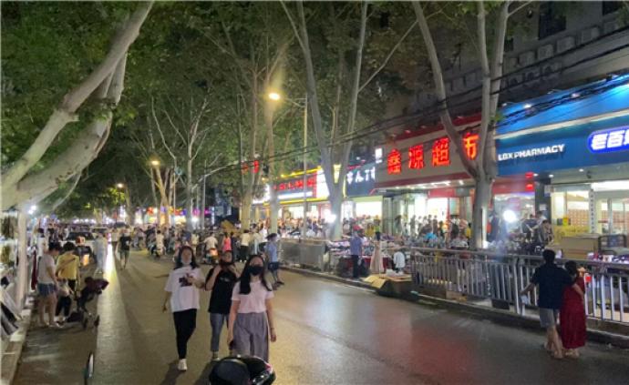 郑州健康路夜市有摊位被二次转租致摊位费抬高,当地介入严查