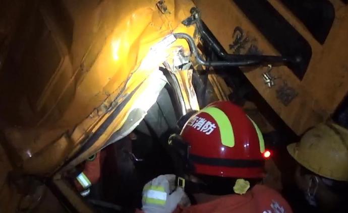 江西萍鄉一貨車墜落山崖邊上,消防員冒險救出被困司機