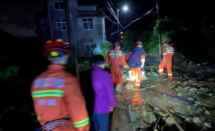 浙江衢州暴雨致一村莊突發山體滑坡,百余村民緊急轉移