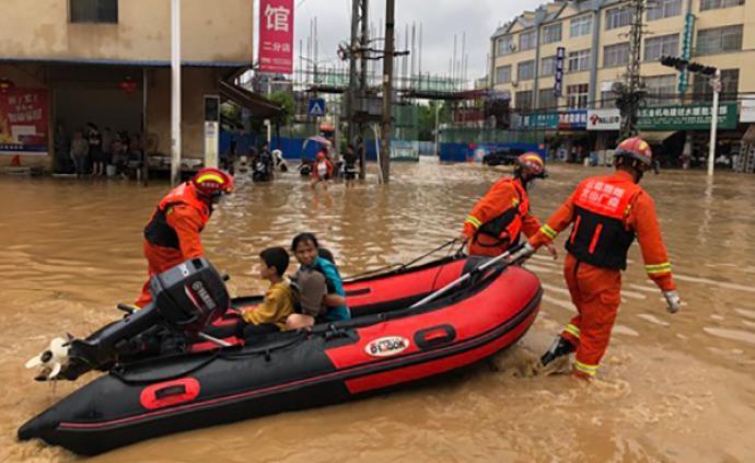 云南廣南縣暴雨內澇一家7口被困,消防攜橡皮艇轉移被困人員