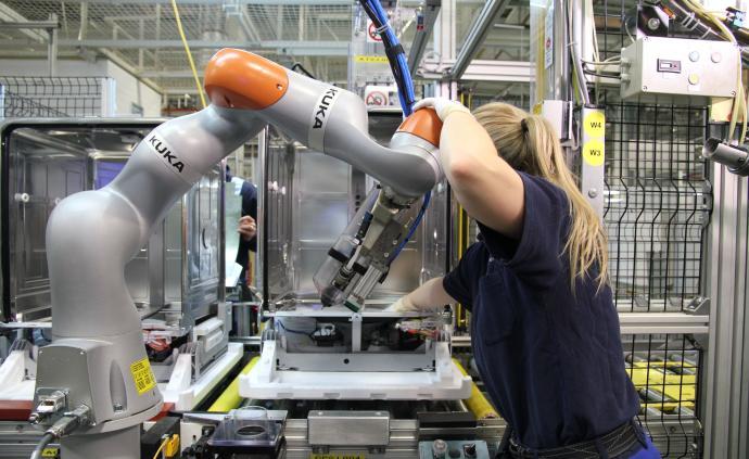 机器人究竟在取代工人还是创造就业?行业联盟与学者各执一词