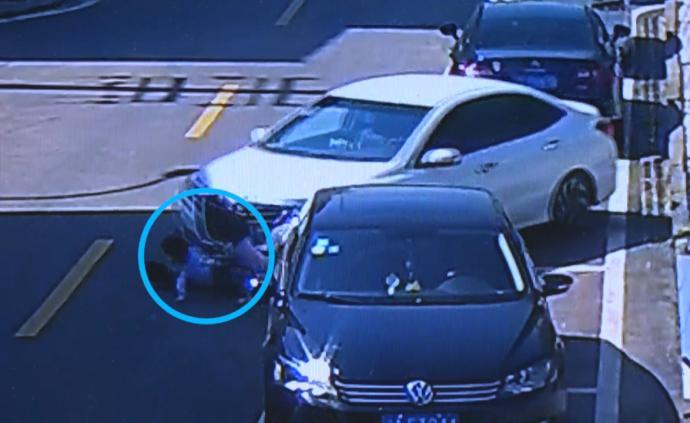 5幼童在路上玩滑板,3人被卷入車底