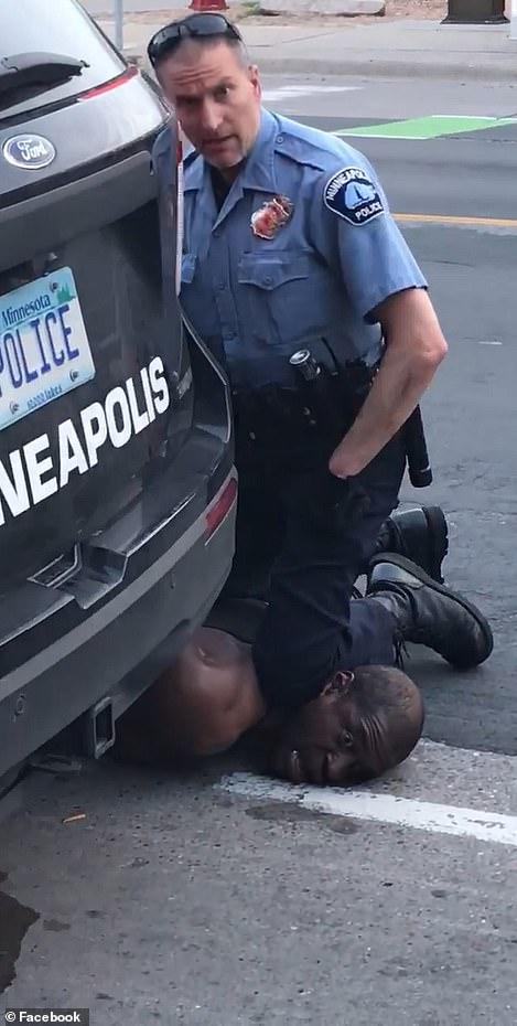 5月25日,弗洛伊德被警察跪压致死。