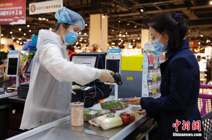 资料图:民众在超市中购物。中新社记者 吕品 摄