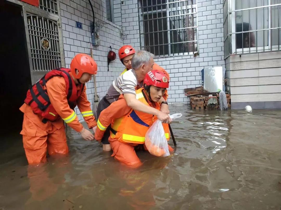 萍乡市消防人员正在转移受灾群众