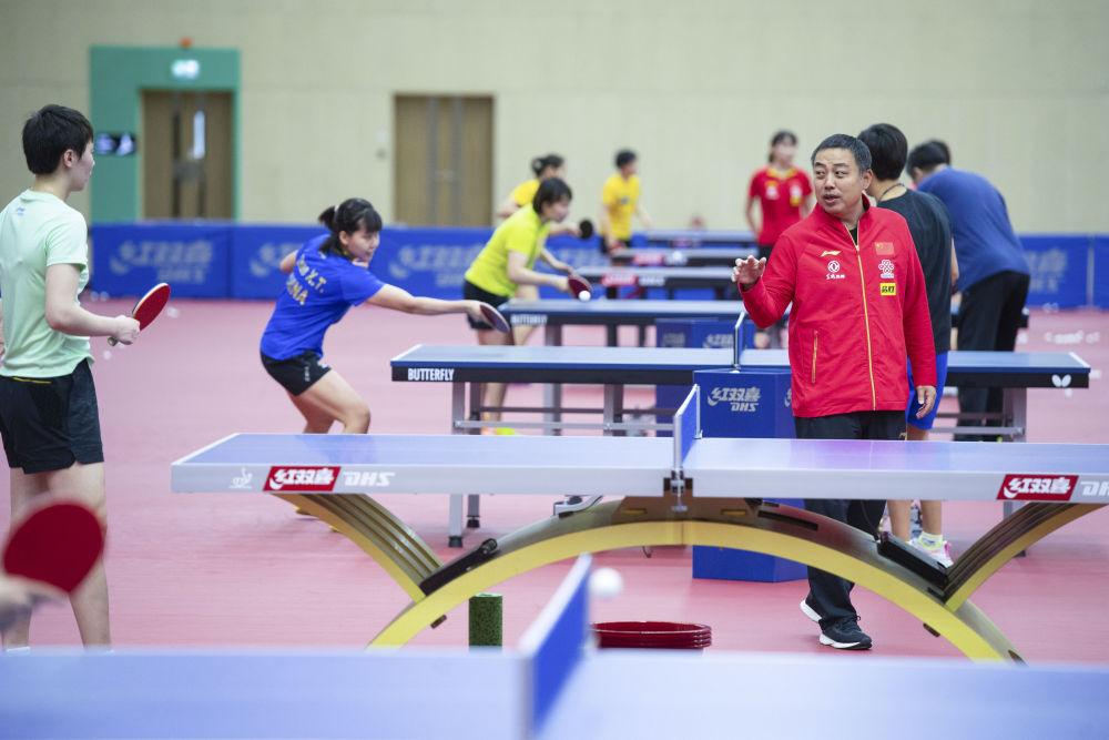 中国乒乓球协会主席刘国梁(前右)在指导队员练习。新华社记者张金加摄