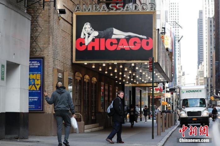 美国纽约百老汇,有人走过关闭的剧院。 中新网 图
