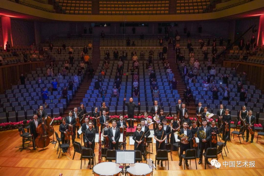 """日前,国家大剧院""""声如夏花""""系列音乐会迎来了第八场""""夏之惊雷"""",为了回馈社会,回馈不悦目多,国家大剧院在疫情以来首次特邀不悦目多走进音乐厅现场。 牛幼北 图"""