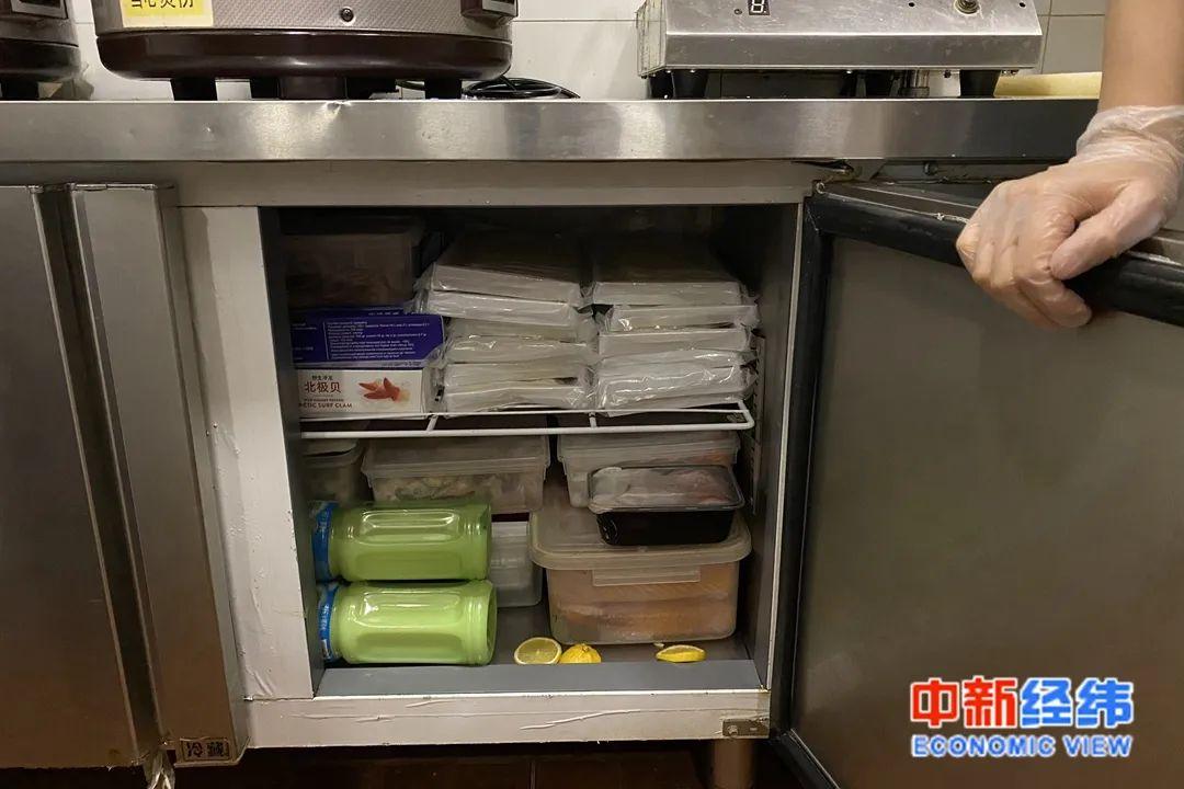 后厨的冰柜里都是刚下架的生鲜。