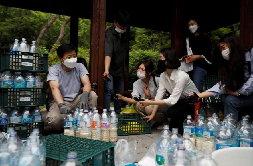 """一个""""脱北者""""组织准备利用漂流瓶向朝鲜漂送大米、药品等物资。"""