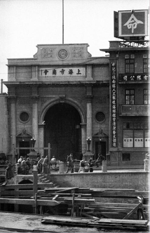 1930年代末,上海市商会门前。Harrison Forman 图