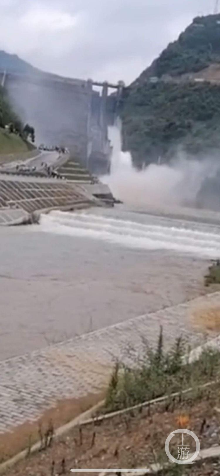6月16日,古洞口水库就曾开闸放水,有人下河捞鱼。知情者供图